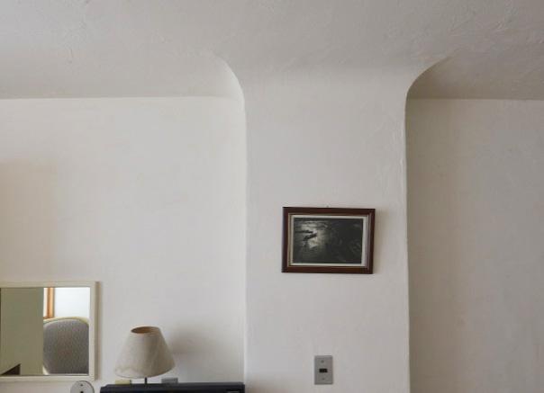 天井から柱型がにゅるりと