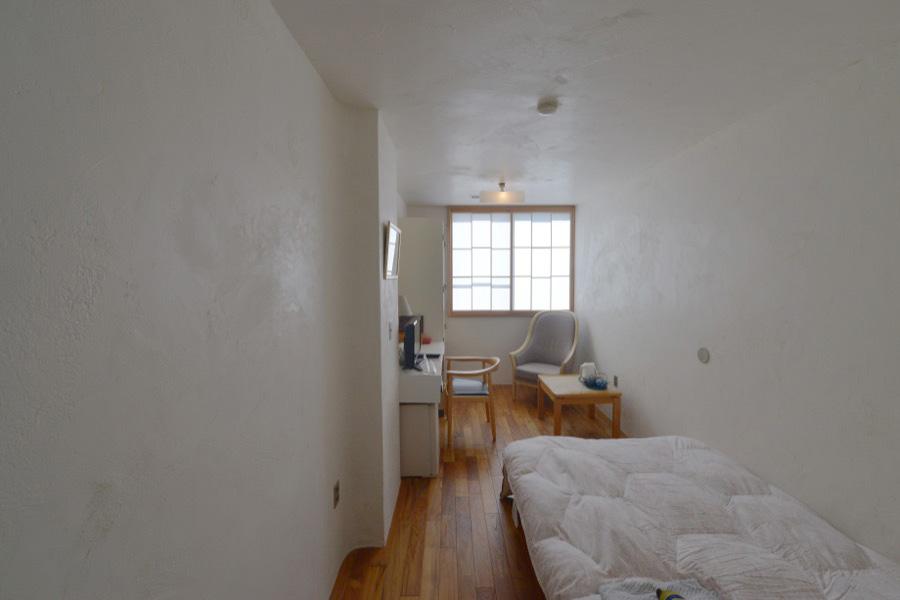 旅館あけぼのさんの客室二室が「漆喰と木の室」になりました。今度は、泊まりに行ける「室」です。