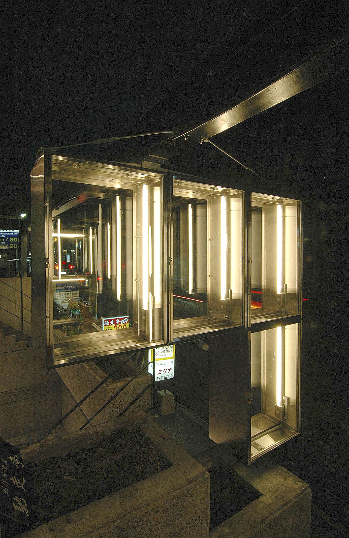 ガラスのショーケースと電照花壇